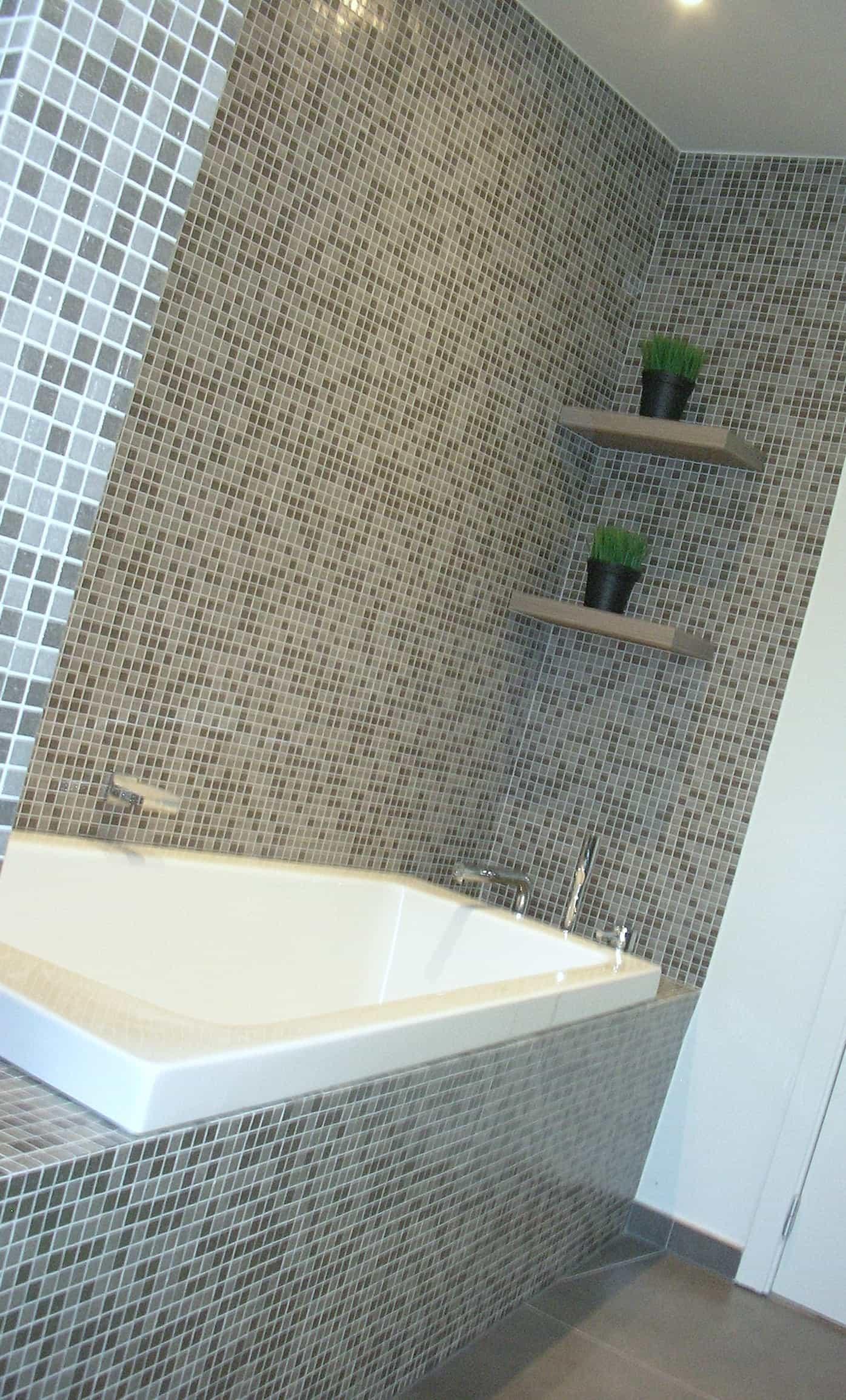 badkamer met wand in galsmozaïk